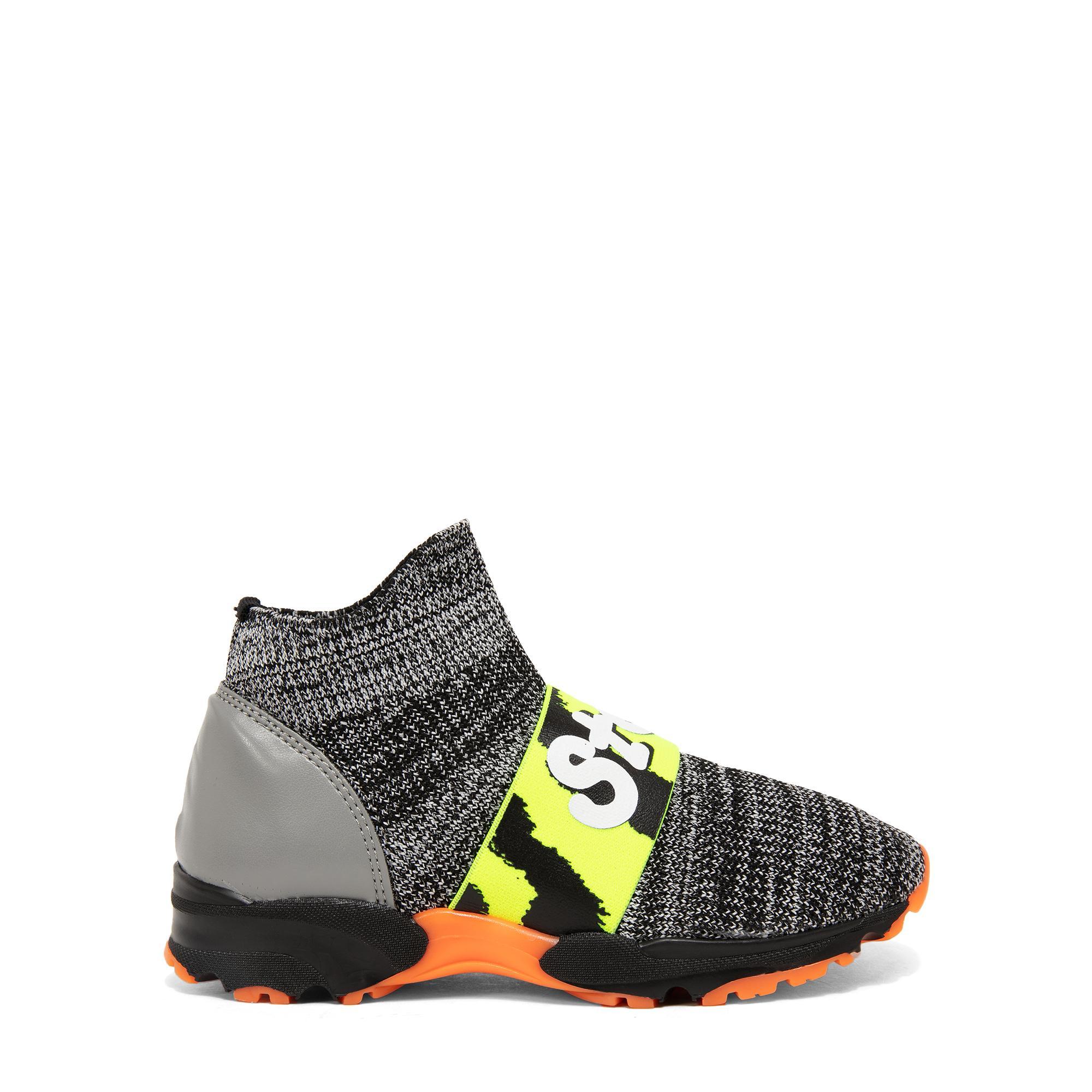 حذاء رياضي بتصميم الجورب