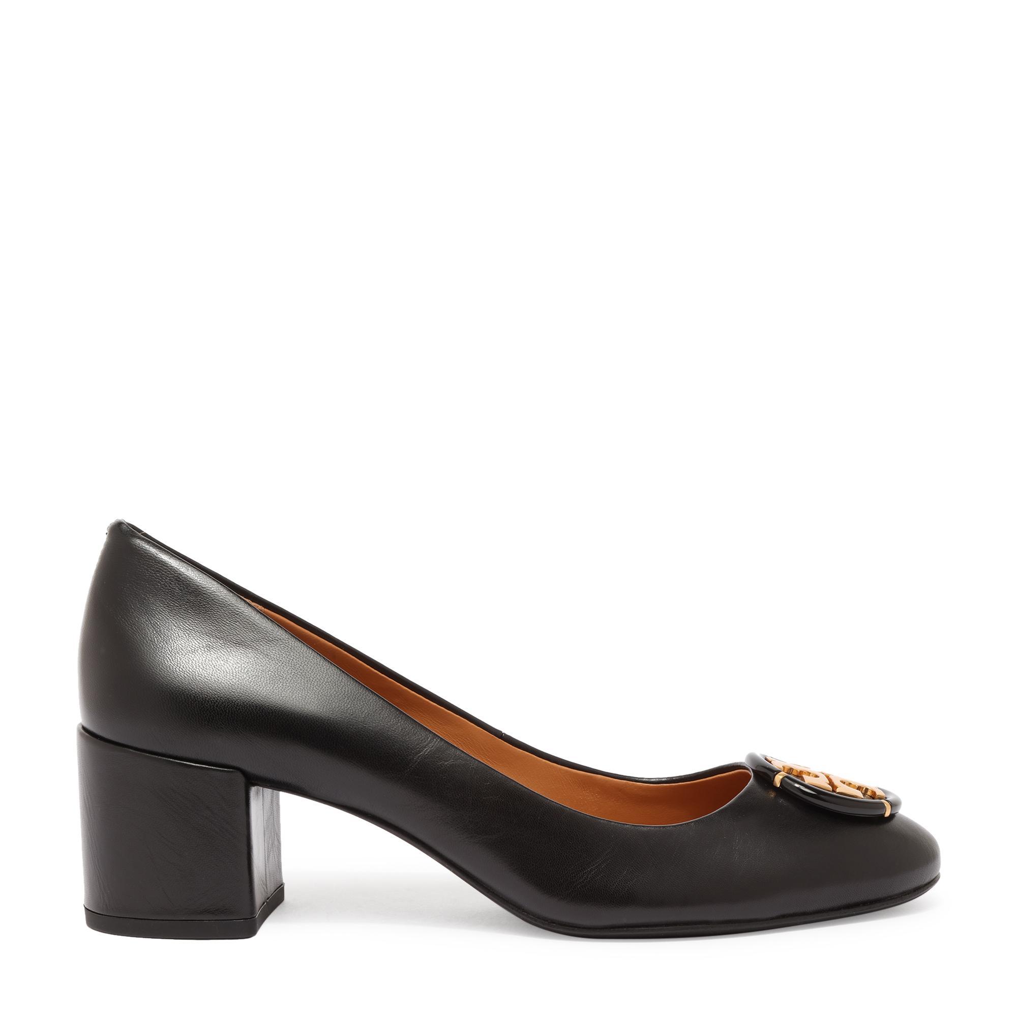 حذاء عالٍ مزين بشعارات متعددة