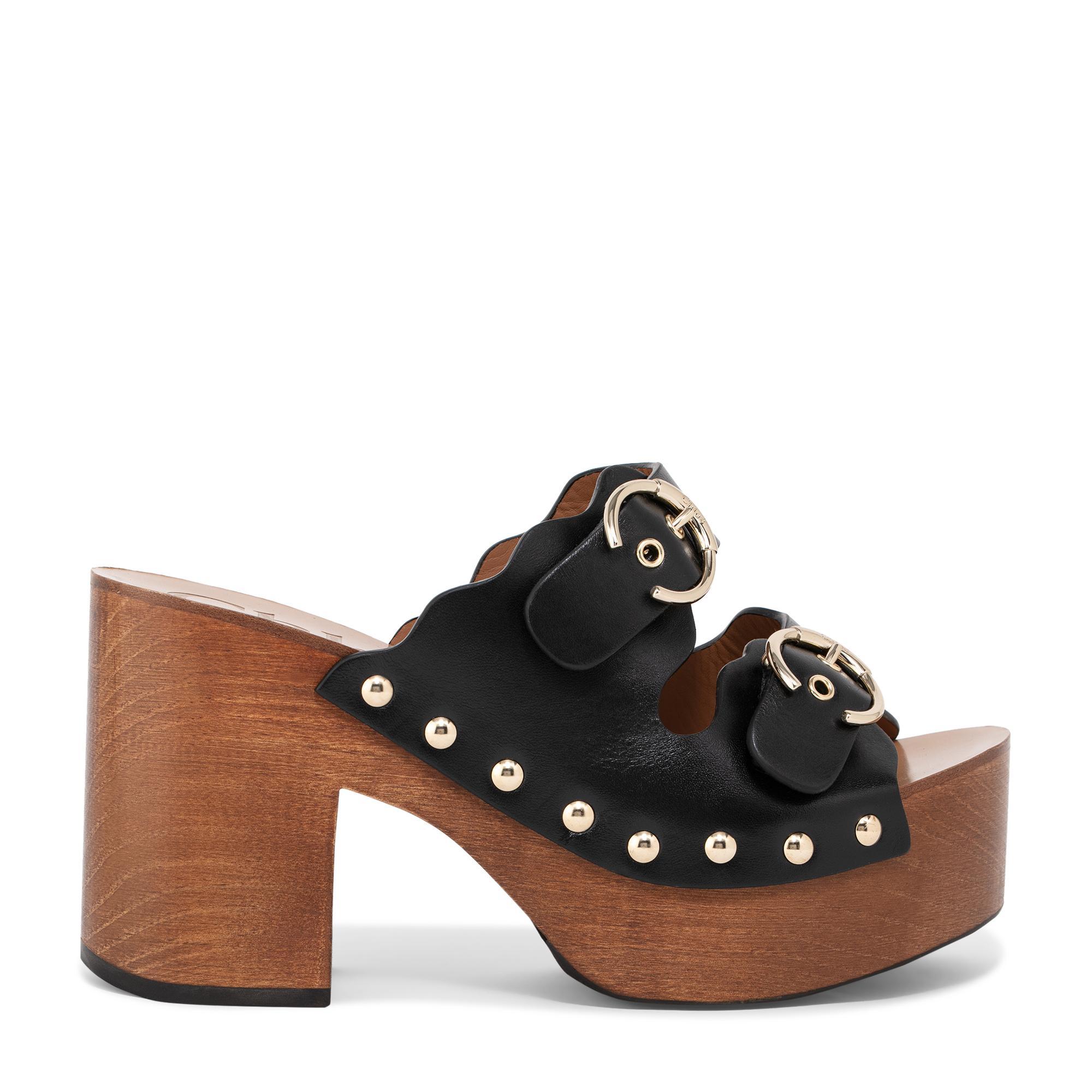 حذاء مفتوح من الخلف بتصميم خشبي