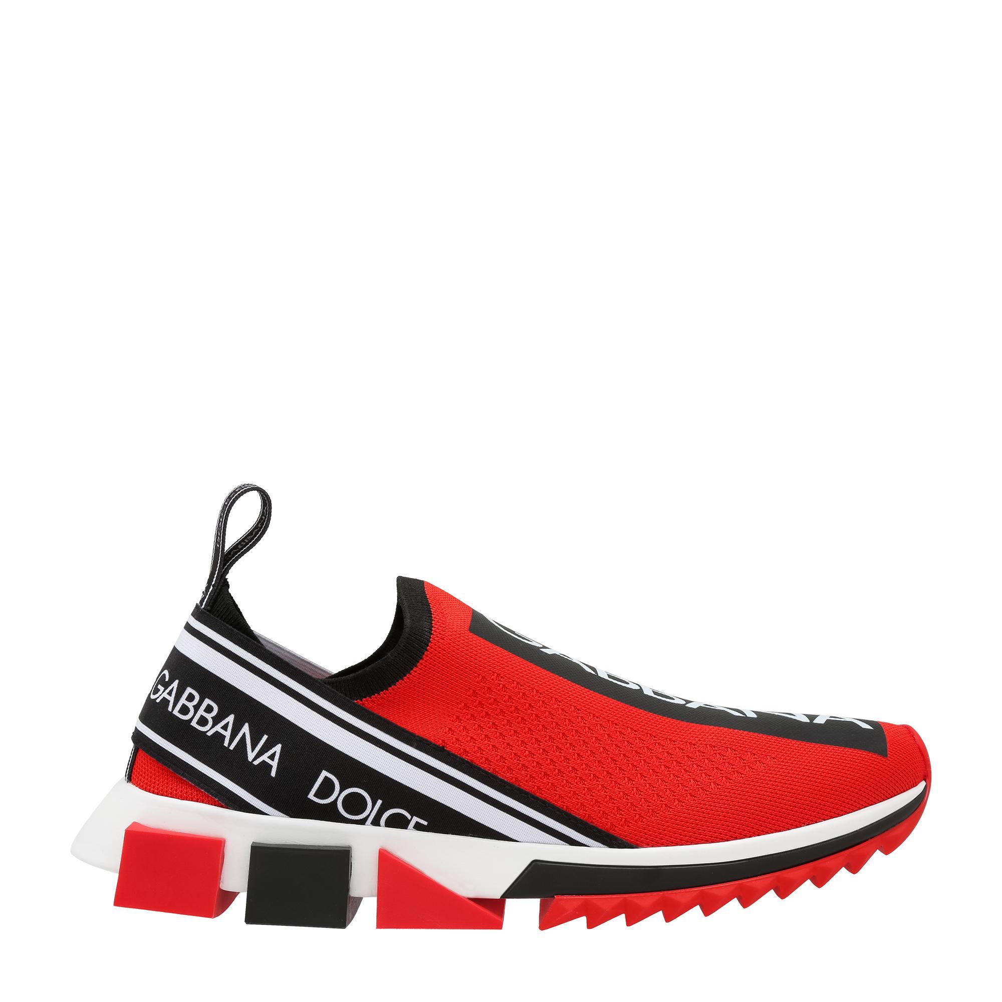 حذاء رياضي دون أربطة مزيّن بشعار الدار