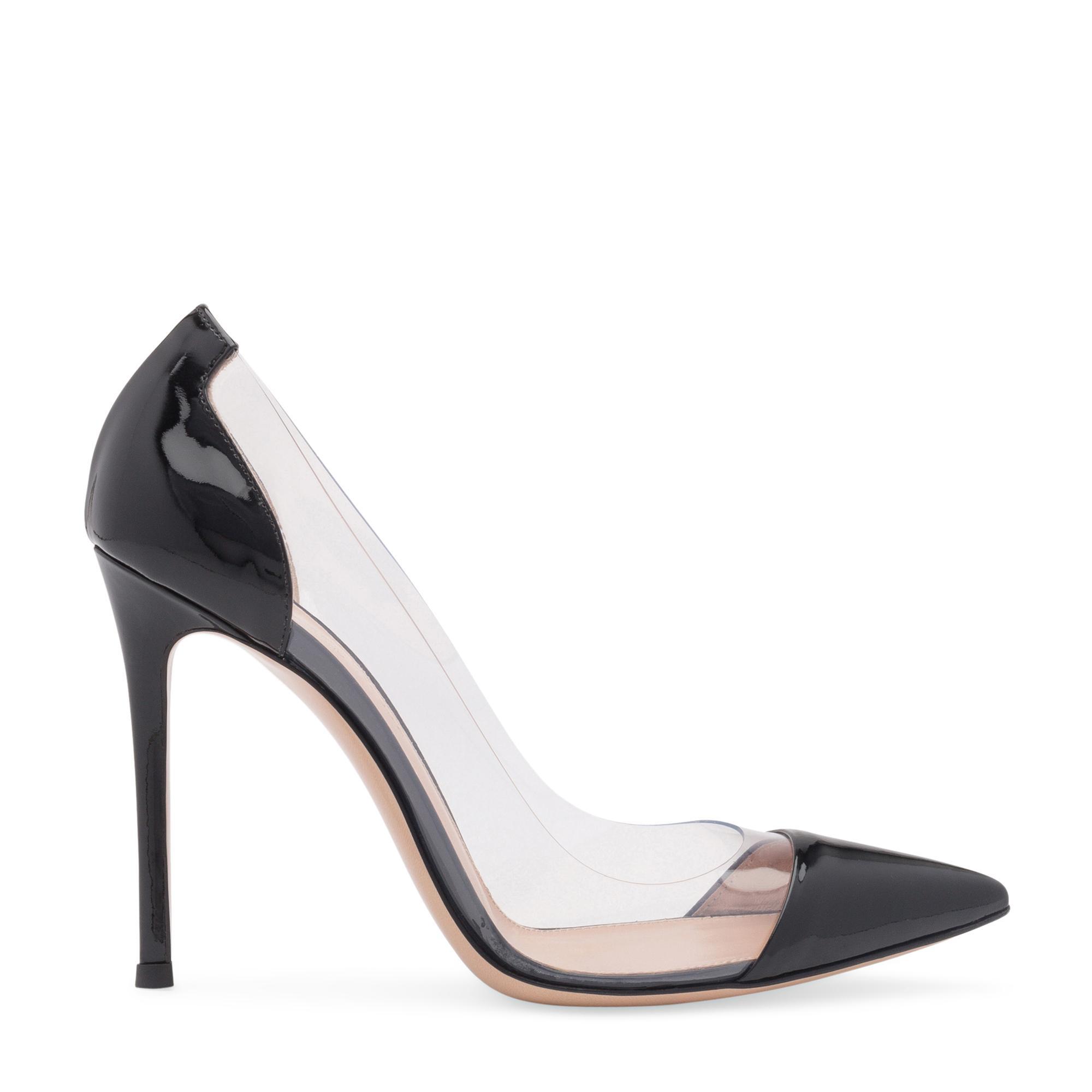 حذاء من البلاستيك الشفاف والجلد الصناعي اللمّاع